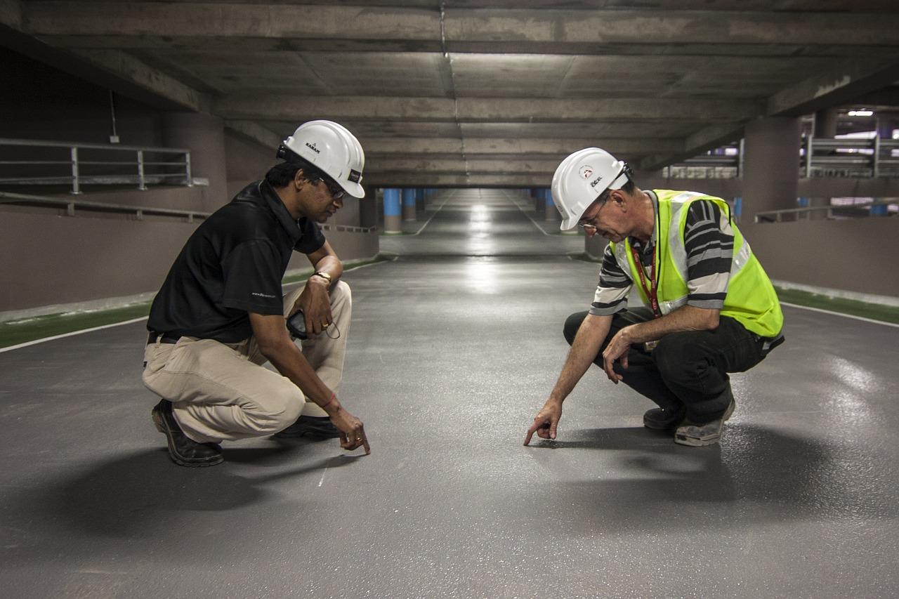 Deux diplômés d'une formation d'ingénieur en génie civil